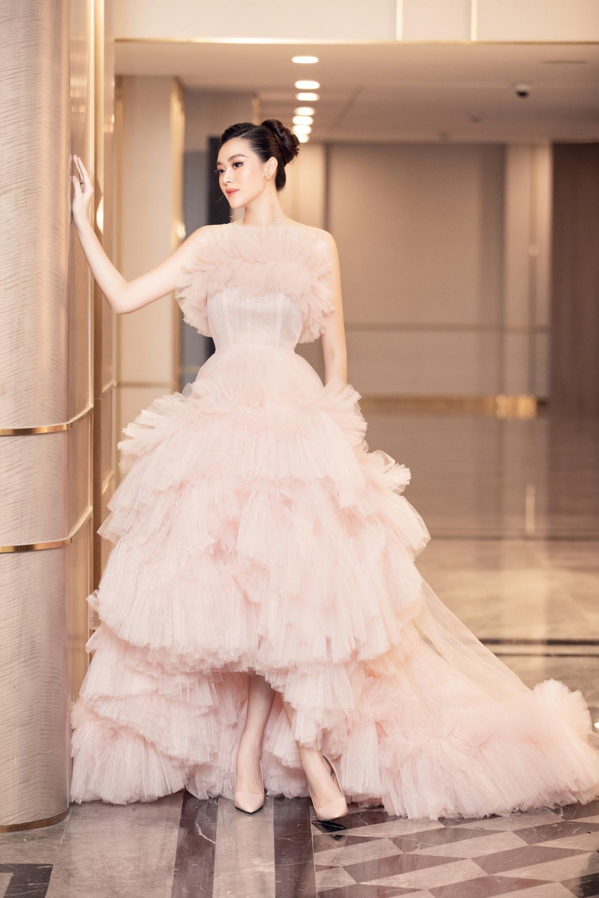 Với thiết kế xếp ly phồng theo tầng cùng màu hồng pastel ngọt ngào, chiếc váy đã giúp Á hậu Tường San ghi điểm với phong cách nhẹ nhàng, nữ tính.