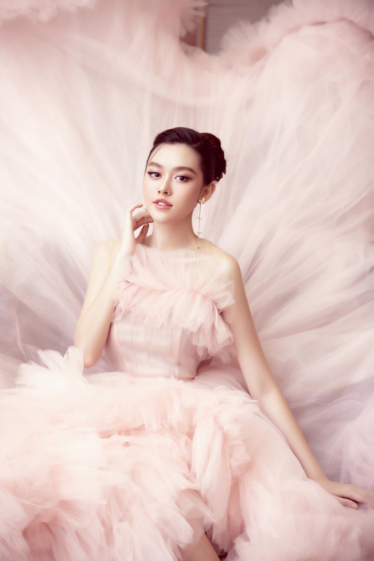 Tham gia một sự kiện về mỹ phẩm làm đẹp tại TP. HCM, Á hậu Tường San đã chọn cho mình chiếc đầm của NTK Nguyễn Minh Công.