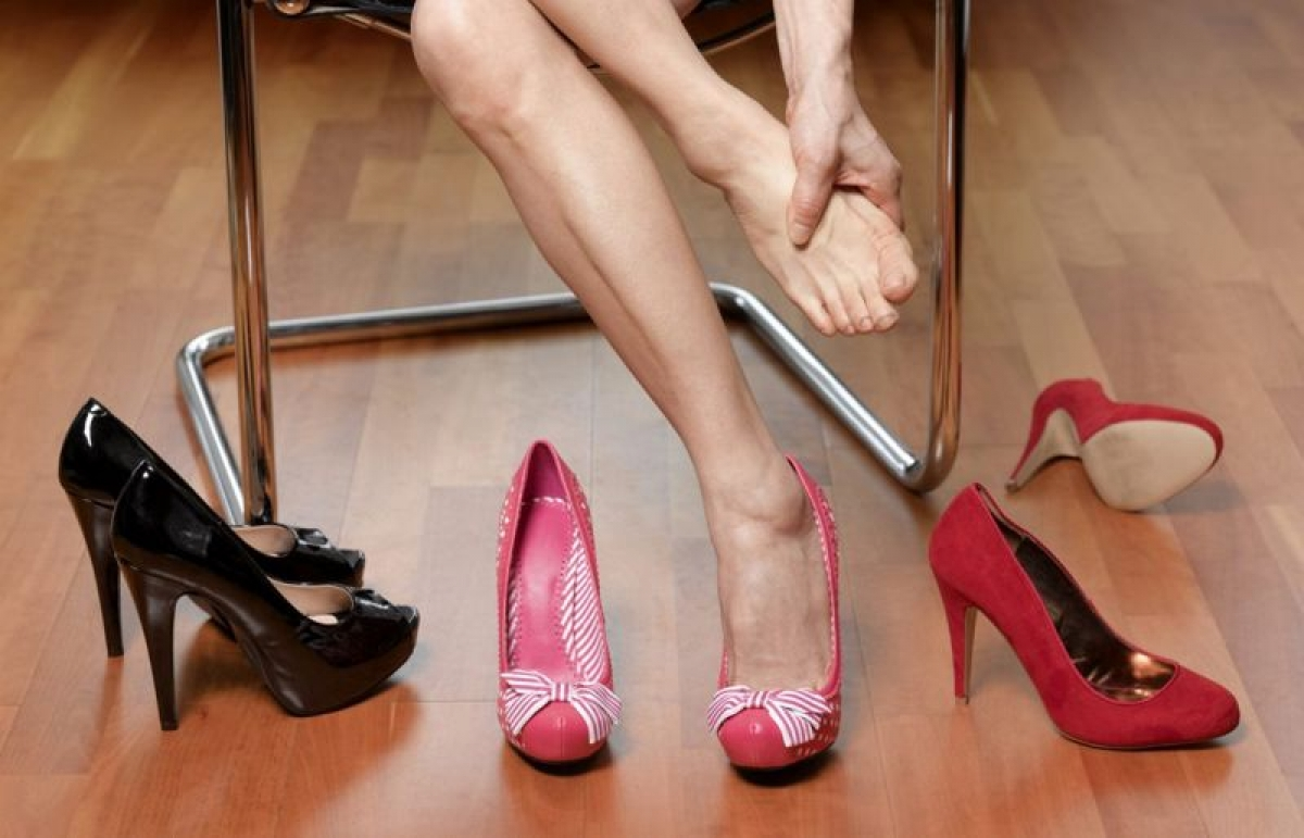 Đau bàn chân: Cảm giác đau, nóng rát, tê hoặc châm chích bàn chân có thể là do bệnh u dây thần kinh Morton, một bệnh lý khi các mô xung quanh dây thần kinh ở ngón chân phì đại, gây áp lực lên các dây thần kinh. Mang giày cao gót trong thời gian dài cũng là một nguyên nhân gây đau bàn chân./.