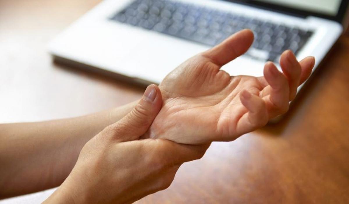 Đau cổ tay: Hội chứng ống cổ tay là nguyên nhân gây cảm giác tê và đau nhức ở cổ tay, bàn tay và cánh tay. Đây là hội chứng do viêm các xương và dây chằng ở cổ tay và bàn tay, tạo áp lực lên các dây thần kinh giữa.