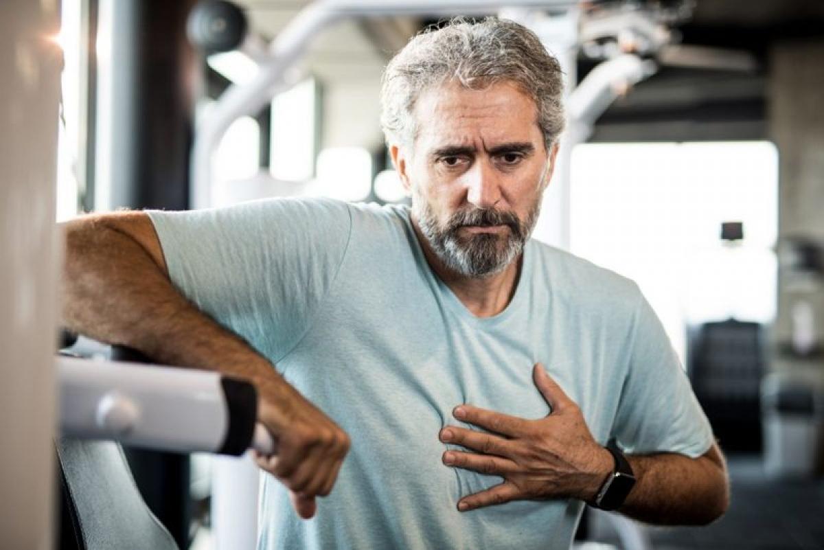 Đau ngực: Khi bị đau lồng ngực, bạn nên đến gặp bác sĩ để kiểm tra ngay, đặc biệt nếu cơn đau kéo dài mà không rõ nguyên nhân cụ thể, vì đó có thể là dấu hiệu của vấn đề về tim hoặc phổi.
