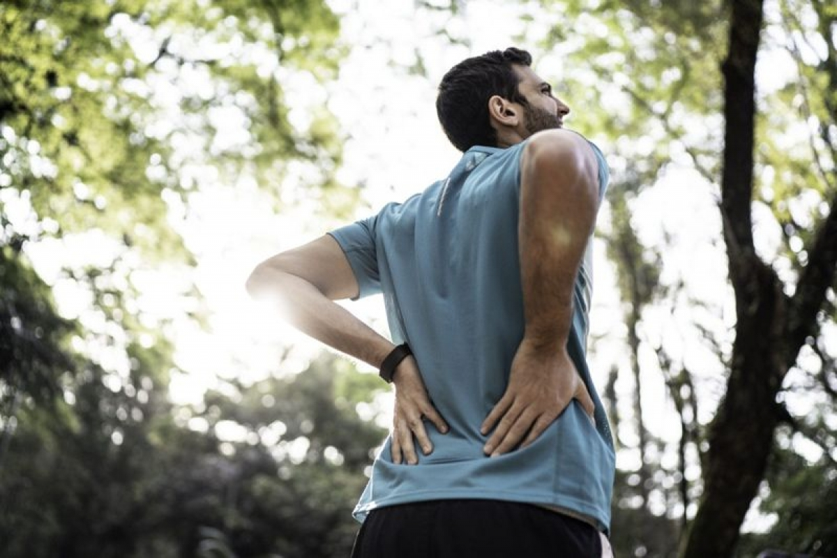Đau thắt lưng: Đau thắt lưng có thể là hậu quả của phồng đĩa đệm hoặc thoát vị đĩa đệm, hoặc là triệu chứng của bệnh loãng xương. Hẹp ống xương sống cũng là một nguyên nhân có thể gây đau thắt lưng.