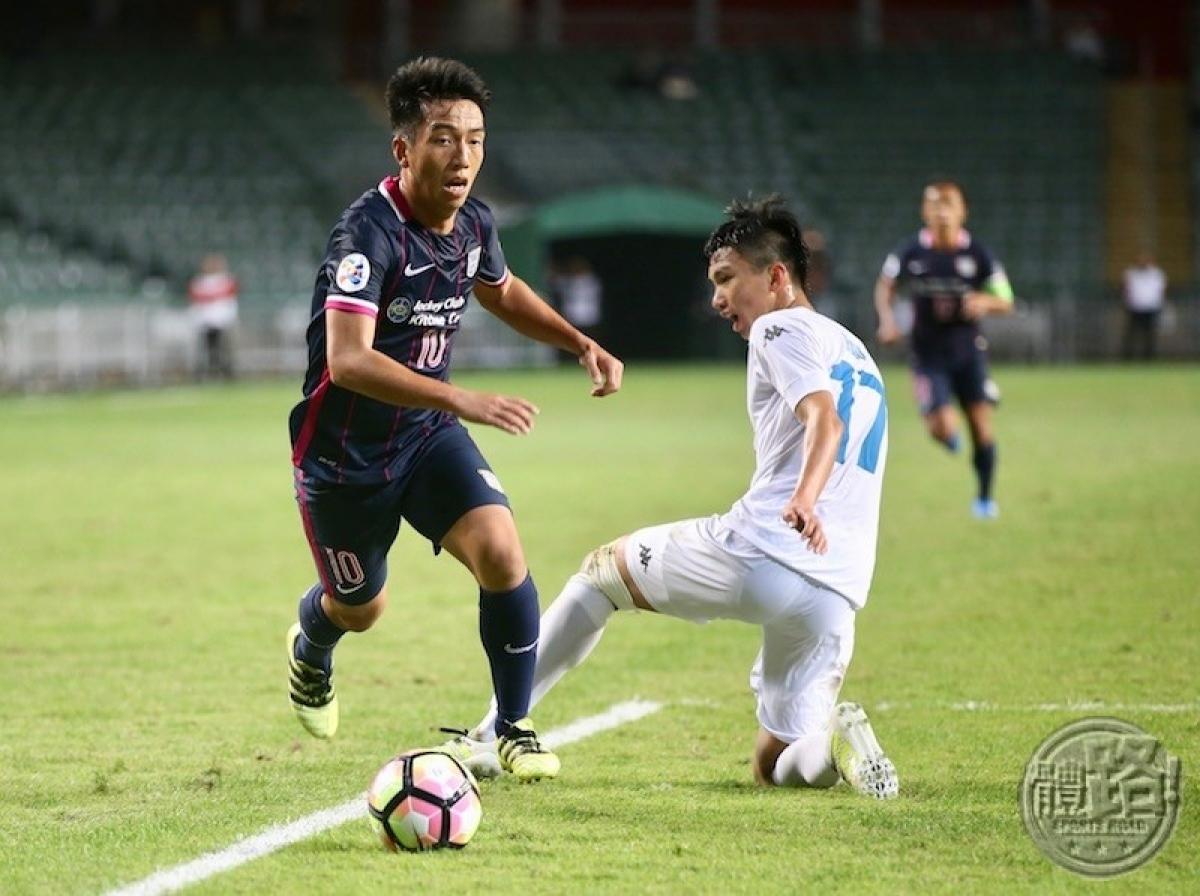 Hình ảnh Văn Hậu (áo trắng) trong ngày đá trận ra mắt Hà Nội FC cách đây 4 năm. (Ảnh: Sportsroad).
