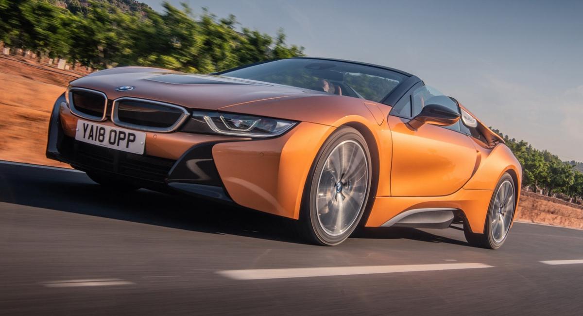 Với thiết kế mang hơi hướng tương lai, i8 không quá nổi bật so với những chiếc BMW khác và cả những mẫu xe khác trên đường phố. Mặc dù có vẻ ngoài độc đáo nhưng nhiều người có thể hiểu vì sao chiếc xe này bị ngừng sản xuất khi mà động cơ hybrid chỉ sản sinh công suất 369 mã lực và không phù hợp với ngoại hình của chiếc xe này chút nào.