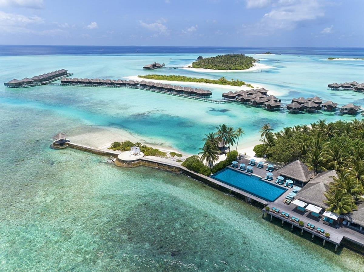 """""""Kỳ nghỉ không giới hạn tại Maldives"""" là sản phẩm du lịch dành riêng cho năm 2021. Nơi cung cấp dịch vụ này là khu nghỉ dưỡng Anantara Veli Maldives Resort. Mức giá cho gói nghỉ dưỡng là 30.000USD, du khách chi trả một lần và tùy ý sử dụng phòng nghỉ trong cả năm 2021, cùng với các tiện ích đi kèm tại resort. Trước đại dịch, giá phòng ở Anantara Veli Maldives Resort vào khoảng 600USD/đêm."""
