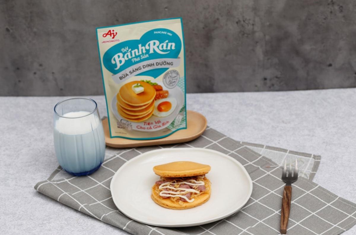 Bánh rán kẹp xúc xích, chà bông và xốt Mayonnaise dễ dàng chinh phục các bé.