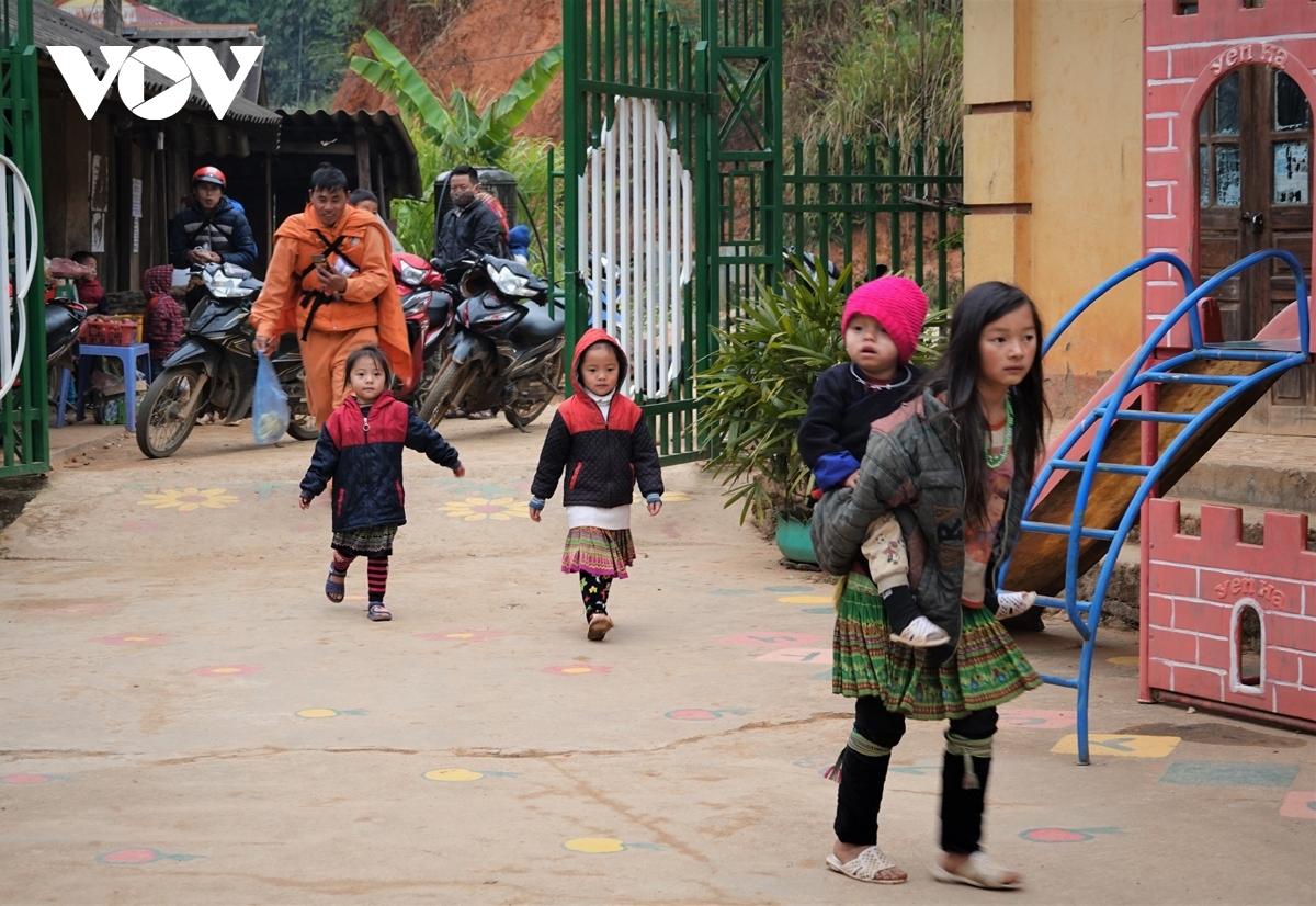 Học sinh vùng cao Mù Cang Chải đến trường.