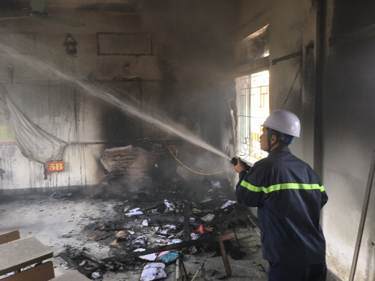Lực lượng chức năng nhanh chóng khống chế đám cháy.