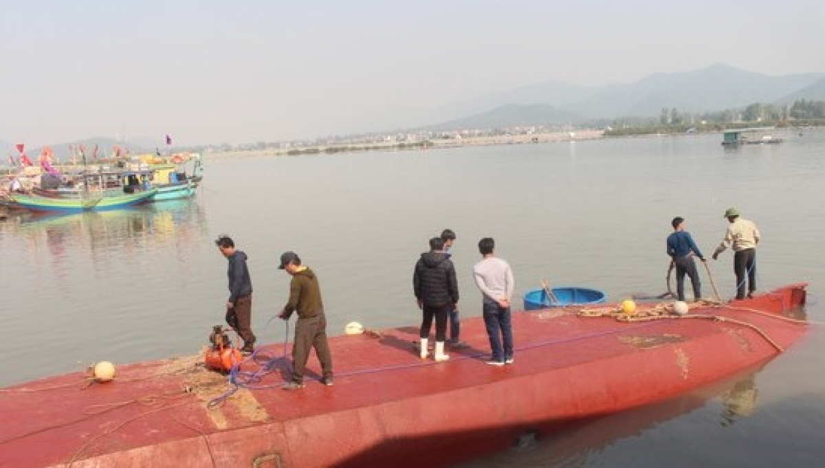 Vị trí chiếc tàu bị lật úp cùng khối lượng lớn dầu, nước ngọt.
