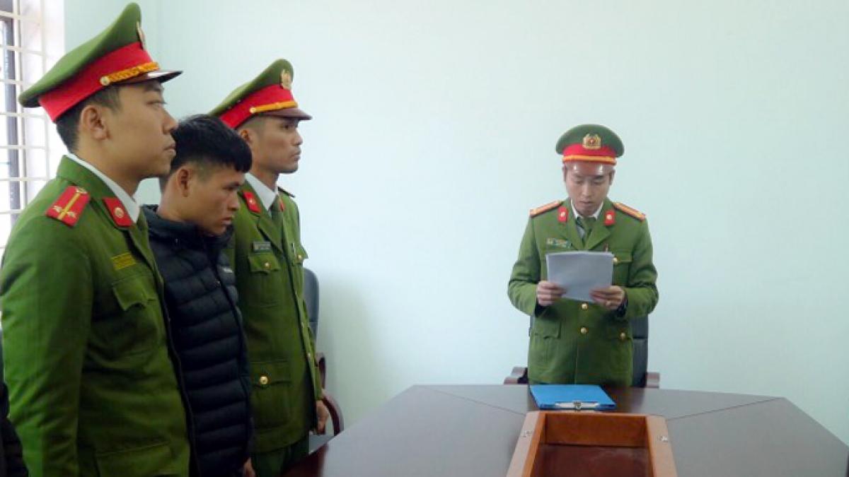 Công an đọc lệnh bắt Triệu A Ba