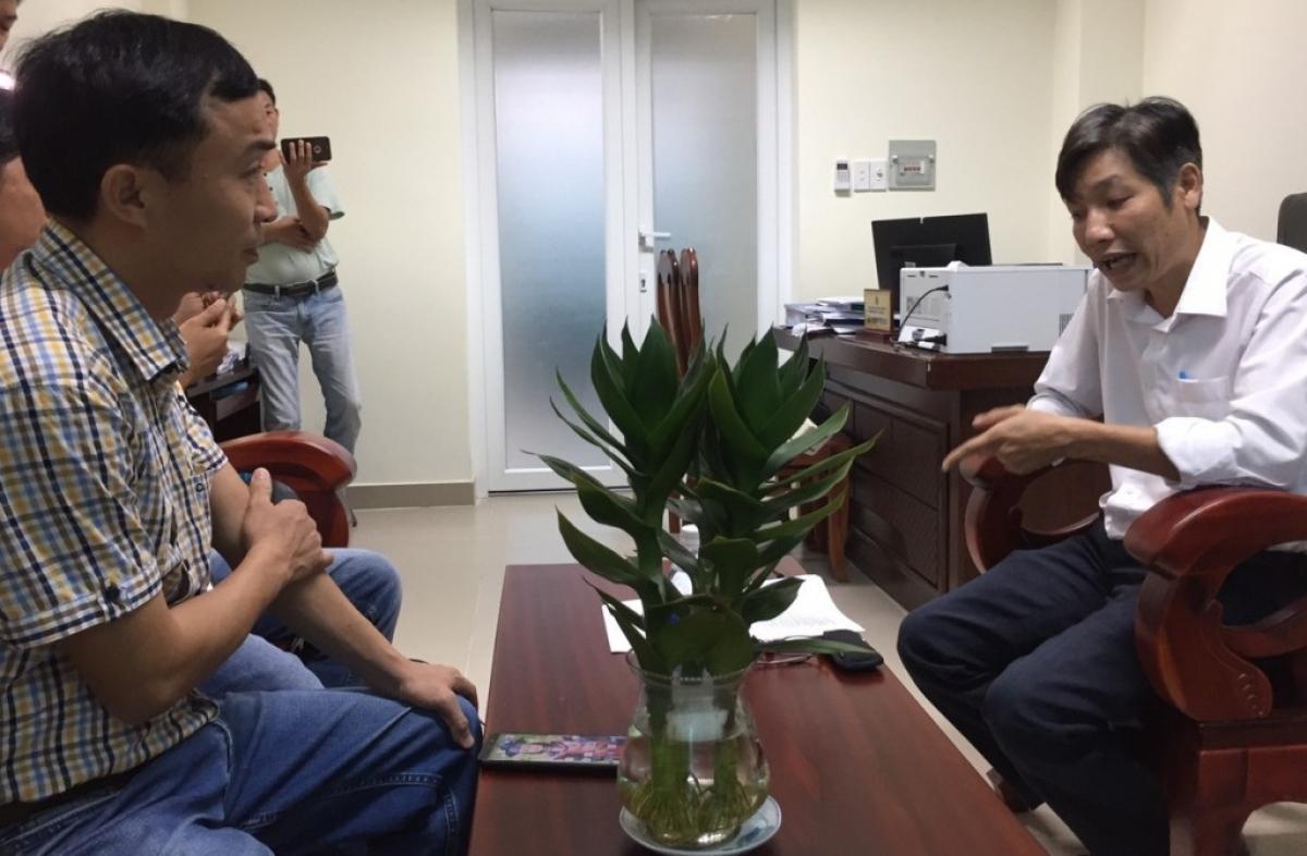Ông Lê Văn Bình, Phó Chi cục trưởng Chi cục Bảo vệ môi trường (Sở Tài nguyên và Môi trường tỉnh Đồng Nai) (bên phải) trả lời phóng viên VOV về vụ việc.