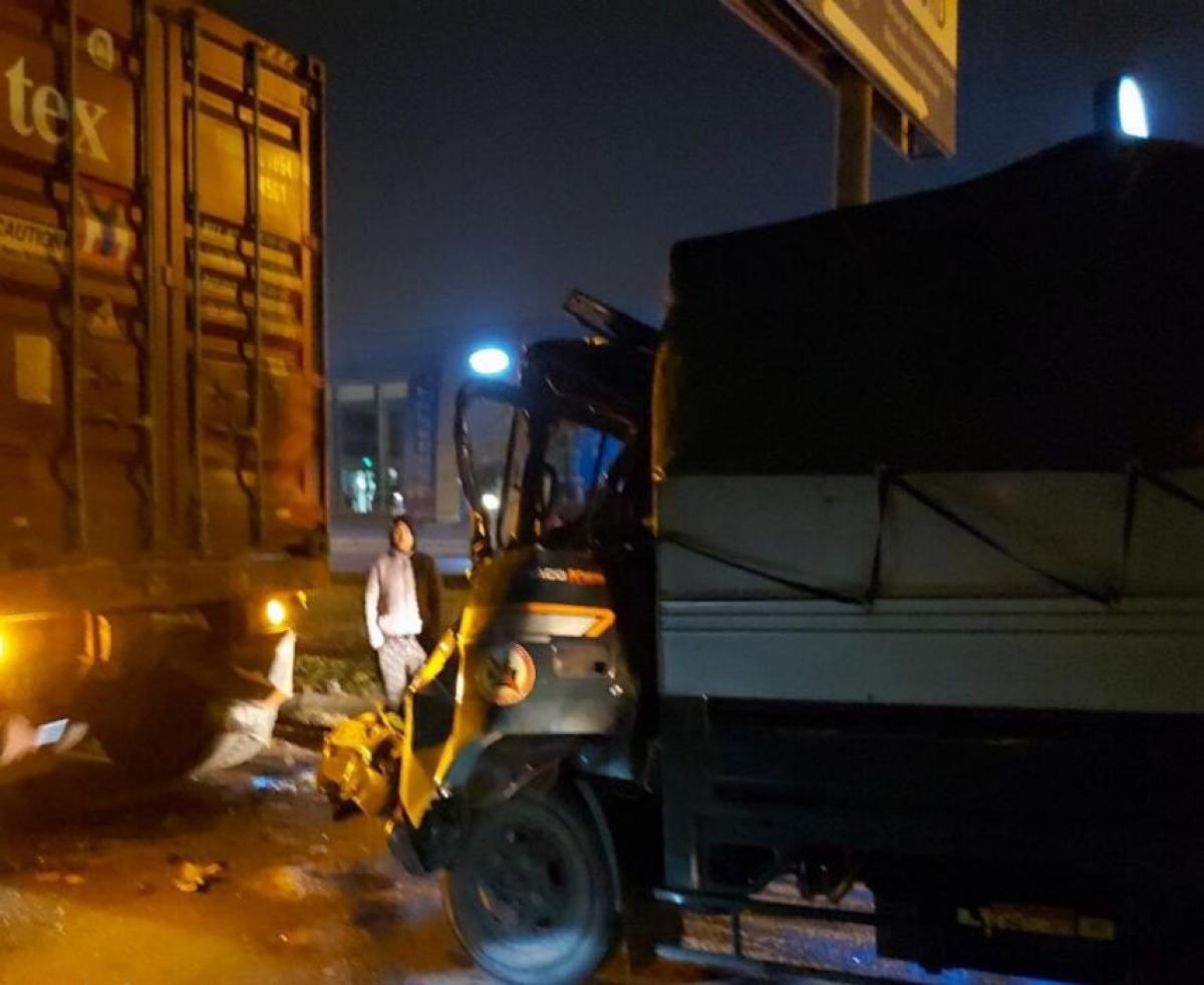 Xe tải đâm trực diện vào đuôi xe container đỗ tại làn thô sơ.