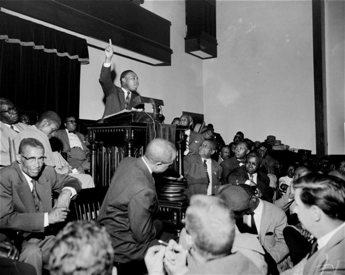 Mục sư Martin Luther King Jr. nói chuyện với một đám đông trong một cuộc họp ở thành phố Montgomery, bang Alabama, vào năm 1955. Mục sư King đã dẫn đầu một phong trào gây sức ép buộc chính phủ Mỹ chấm dứt tình trạng phân biệt chủng tộc. Ông đã dành năm cuối cùng của cuộc đời để lên án nạn phân biệt chủng tộc, nghèo đói và chiến tranh. Ảnh: AP