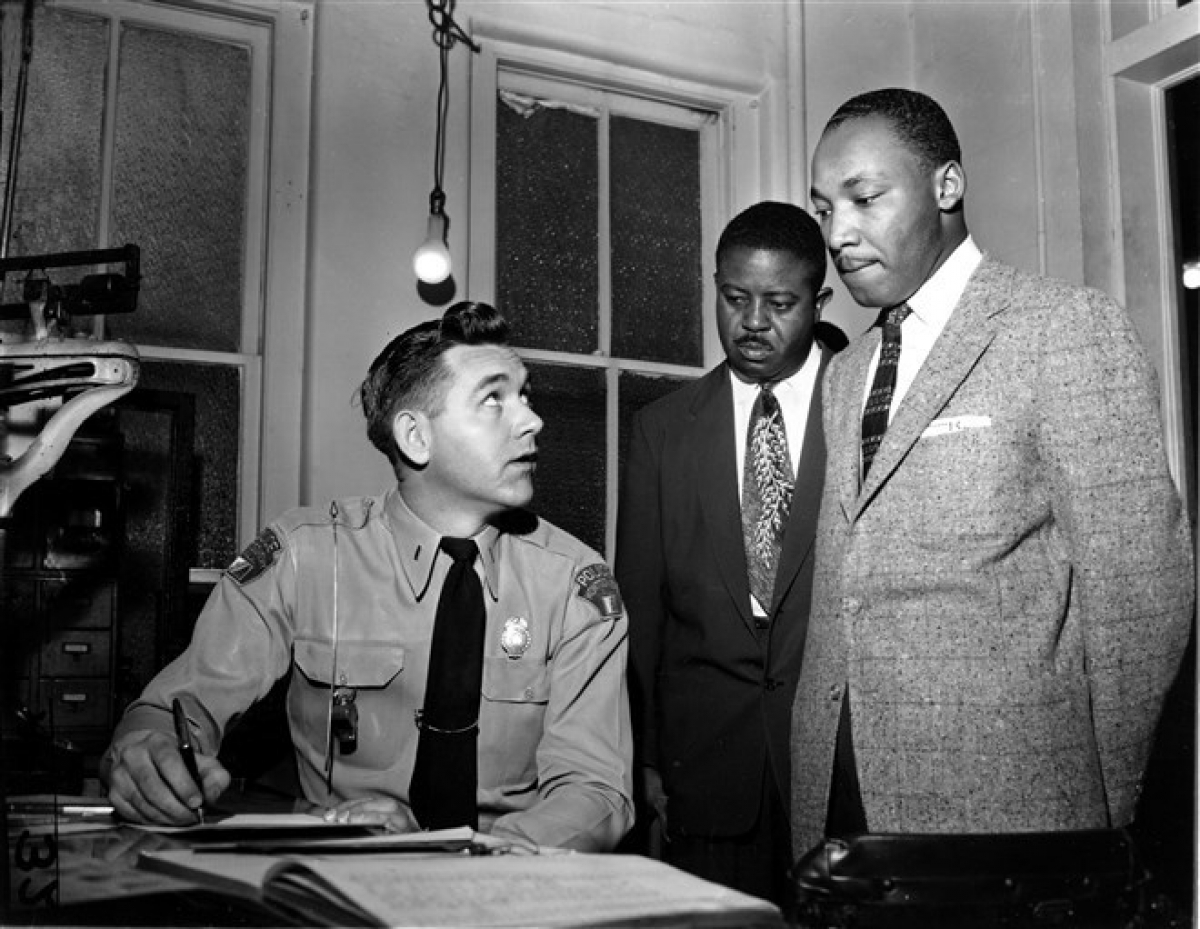 Mục sư King cùng với mục sư Ralph D. Abernathy (giữa) tại Montgomery ngày 23/2/1956. Các nhà hoạt động nhân quyền đã bị bắt vì khởi xướng phong trào tẩy chay xe buýt trong thành phố.Hoạt động này nhằm phản đối việc cảnh sát bắt phạt một phụ nữ da đen do bà không nhường chỗ cho hành khách da trắng. Ảnh: AP