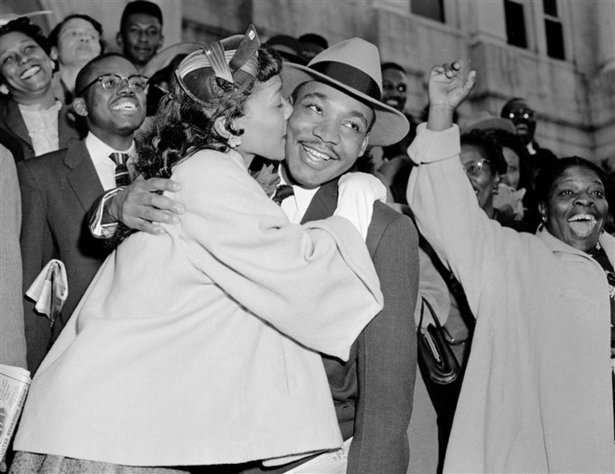 Vợ của mục sư King, Coretta, chào đón chồng sau khi ông rời tòa án ở Montgomery ngày 22/3/1956. Ảnh: AP