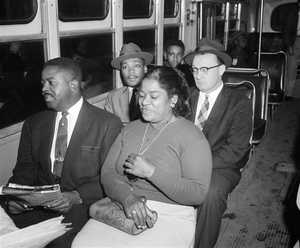 Ông King và mục sư Ralph Abernathy (ở hàng trên, bên trái) là một trong những người đầu tiên đi xe buýt sau khi Tòa án Tối cao Mỹ ra phán quyếtxóa bỏ phân biệt đối xử với hành khách đi xe buýt, có hiệu lực từ ngày 21/12/1956. Ảnh: AP