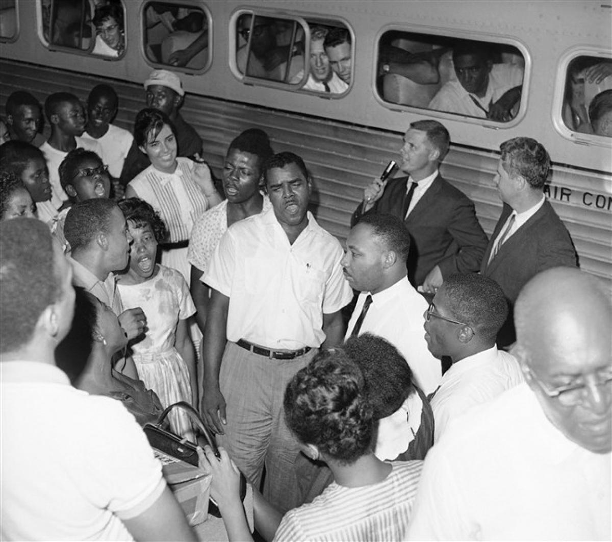 Mục sư King hát từ biệt sau khi mãn hạn tù ở Albany, Georgia vào ngày 31/8/1962. Ông King nằm trong số 75 người, phần lớn là mục sư, bị bắt vì tổ chức lễ cầu nguyện trước Tòa thị chính để phản đối phân biệt chủng tộc. Ảnh: AP