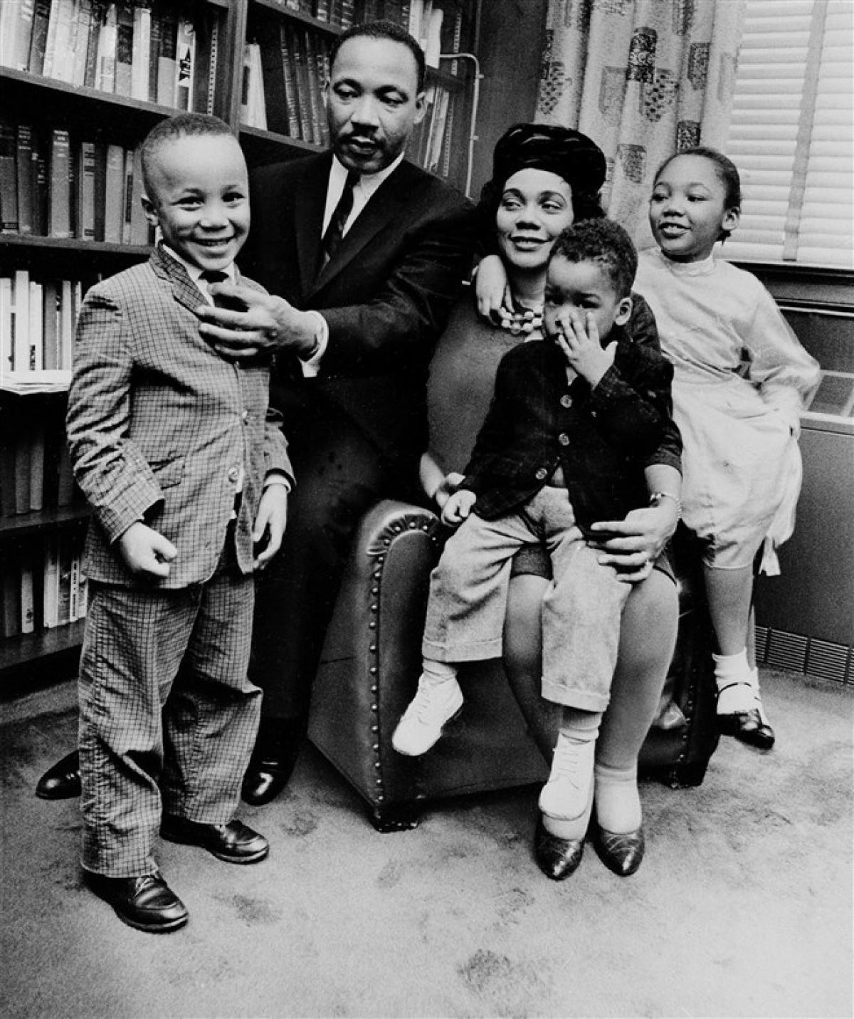 Ông King và vợ, Coretta, cùng ba người con tại ngôi nhà ở Atlanta ngày 17/3/1963. Từ trái qua: Con trai Martin Luther King III, con trai Dexter Scott và con gái Yolanda Denise. Ảnh: AP