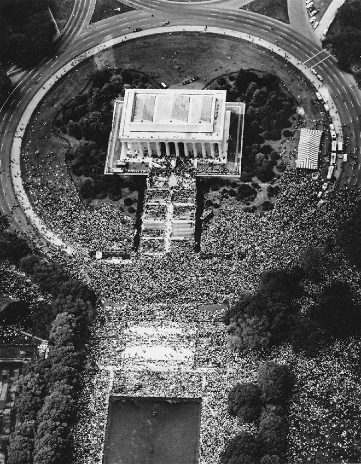 """Đám đông tập trung tại Đài tưởng niệm Lincoln để theo dõi bài phát biểu """"Tôi có một giấc mơ"""" của mục sư King vào ngày 28/8/1963. Ảnh: AP"""