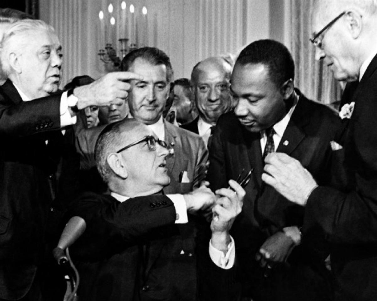 Tổng thống Lyndon B. Johnson trao bút cho ông King sau khi ký Đạo luật Dân quyền mang tính bước ngoặt vào ngày 2/7/1964 tại Nhà Trắng. Đạo luật này cấm phân biệt đối xử về chủng tộc, màu da, tôn giáo, giới tính hoặc quốc gia. Ảnh: Getty Images