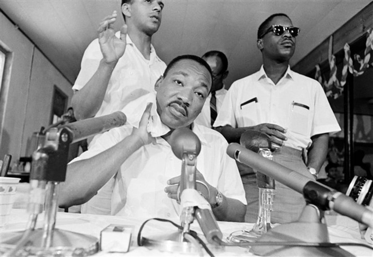 Ông King lau mồ hôi trong một cuộc họp báo ở Saint Augustine, Florida ngày 17/6/1964. Ảnh: AP
