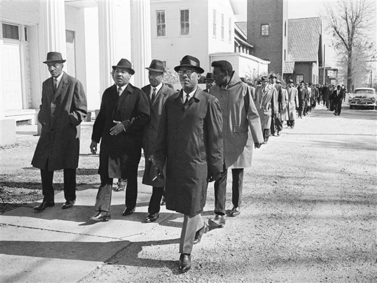 Mục sư King dẫn đầu một nhóm các bộ trưởng đến tòa án trong một cuộc vận động cử tri ở Selma, Alabama ngày 15/2/1965. Ảnh: AP