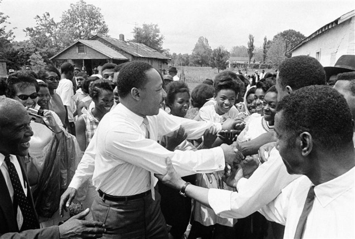 Ông King bắt tay đám đông sau khi phát biểu trong một cuộc vận động ở Lisman, Alabama ngày 30/4/1966. Lisman là 1 trong 9 điểm dừng chân của ông ở Alabama trong nỗ lực thống nhất phiếu bầu của người Mỹ gốc Phi trước cuộc bầu cử sơ bộ ở tiểu bang này. Ảnh: AP