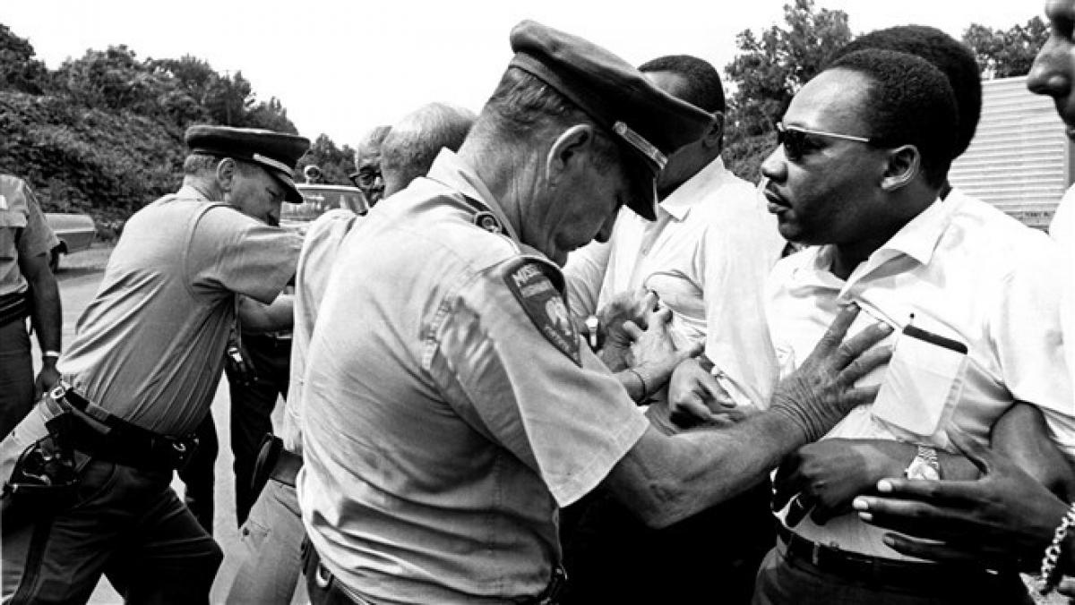 """Mục sư King bị cảnh sát tuần tra chặn lại trong cuộc tuần hành """"March Against Fear""""dài hơn 350km từ thành phố Memphis, bang Tennessee đến thành phố Jackson, bang Mississippi, vào ngày 8/6/1966. Ảnh:Getty Images"""