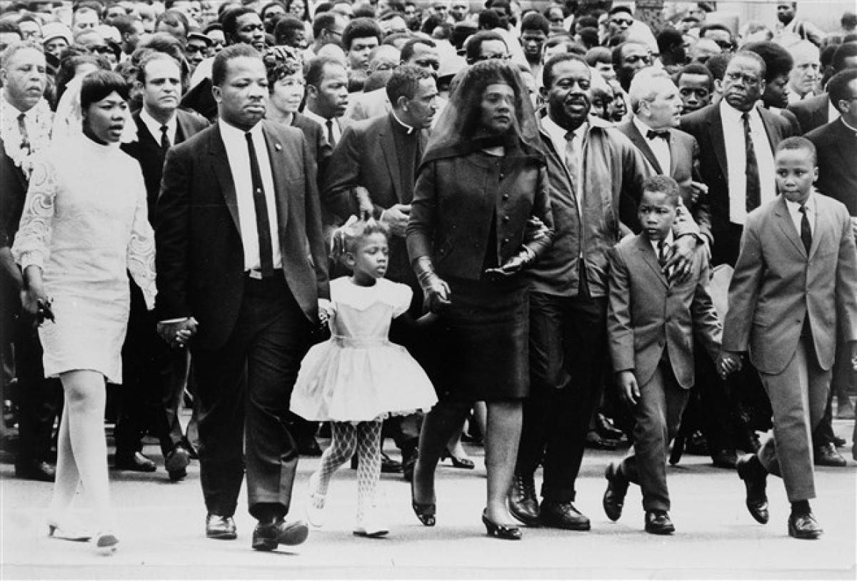 Gia đình mục sư King trong lễ tang của ông ở Atlanta ngày 9/4/1968. Từ trái qua: Con gái Yolanda, 12 tuổi; anh trai A.D. King; con gái Bernice, 5 tuổi; vợ Coretta Scott King; nhà hoạt động nhân quyền Ralph Abernathy; con trai Dexter, 7 tuổi và Martin Luther King III, 10 tuổi. Ảnh: AP