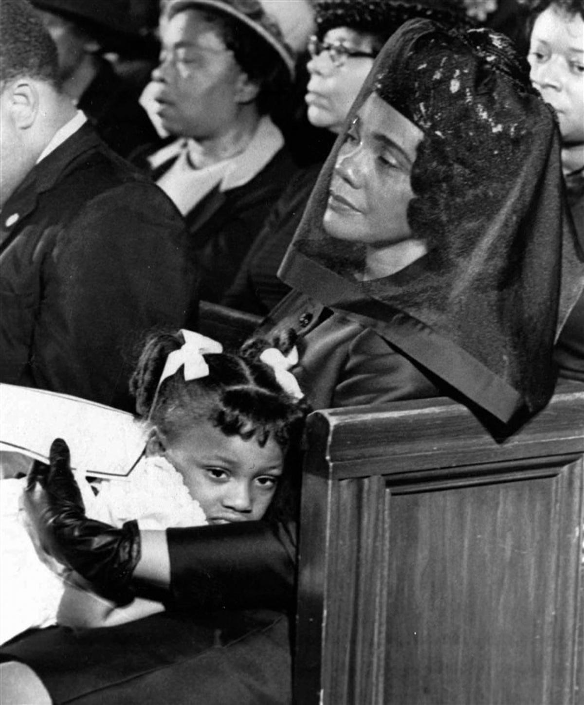 Vợ Coretta Scott King và con gái Bernice trong lễ tang. Ảnh: AP