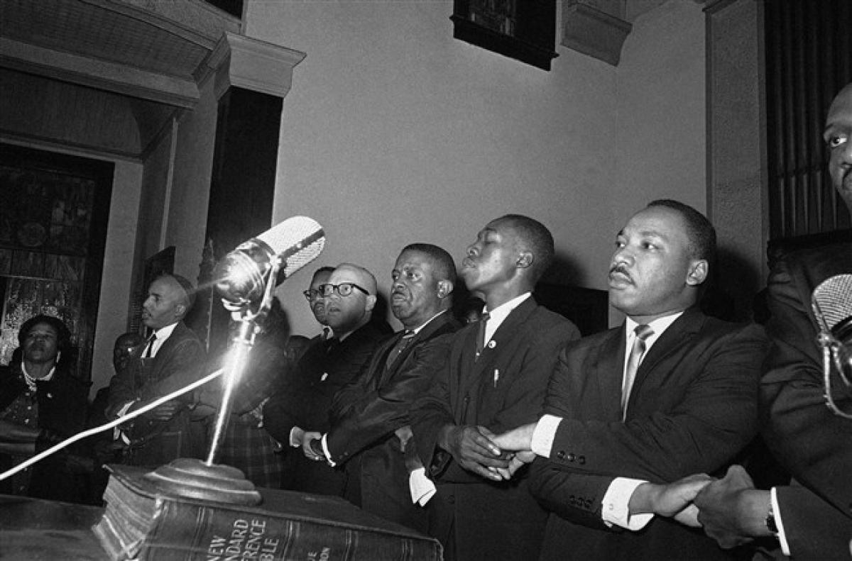 """Nhà hoạt động nhân quyền King bắt tay với các nhà lãnh đạo người Mỹ gốc Phi và hát ca khúc """"We Shall Overcome"""" tại nhà thờ ở Selma, Alabama ngày 9/3/1965. Ảnh: AP"""