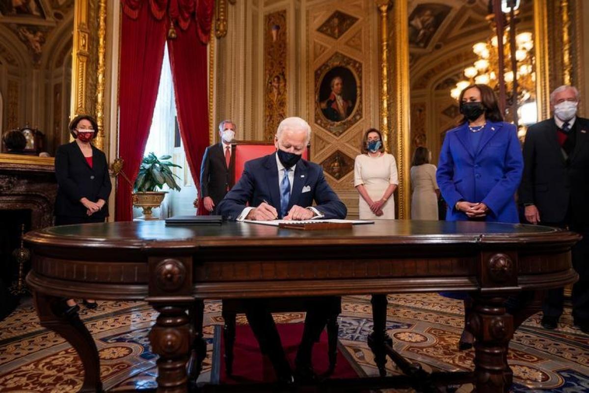Tổng thống Joe Biden đặt bút ký3 văn kiện đầu tiên trên cương vị người đứng đầu Nhà Trắng, bao gồmTuyên bố trong Ngày nhậm chức, Quyết định đề cử các vị trí trong nội các, và Quyết định đề cử các vị trí phụ trong nội các. Ảnh: Reuters