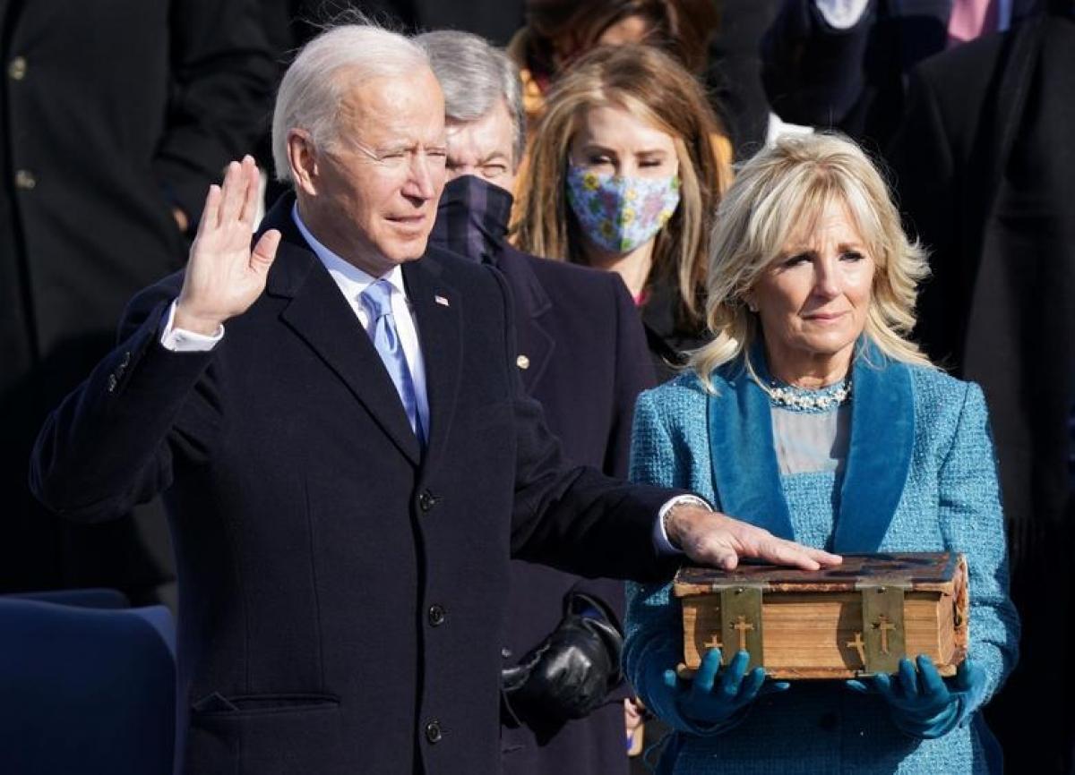 Ông Joe Biden tuyên thệ nhậm chức Tổng thống thứ 46 của Mỹ ở cánh Tây Tòa nhà Quốc hội, thủ đô Washington. Ảnh: Reuters
