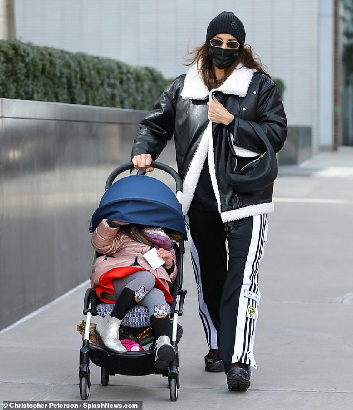 Người đẹp đội mũ và đeo khẩu trang cẩn thận trong thời điểm dịch bệnh.