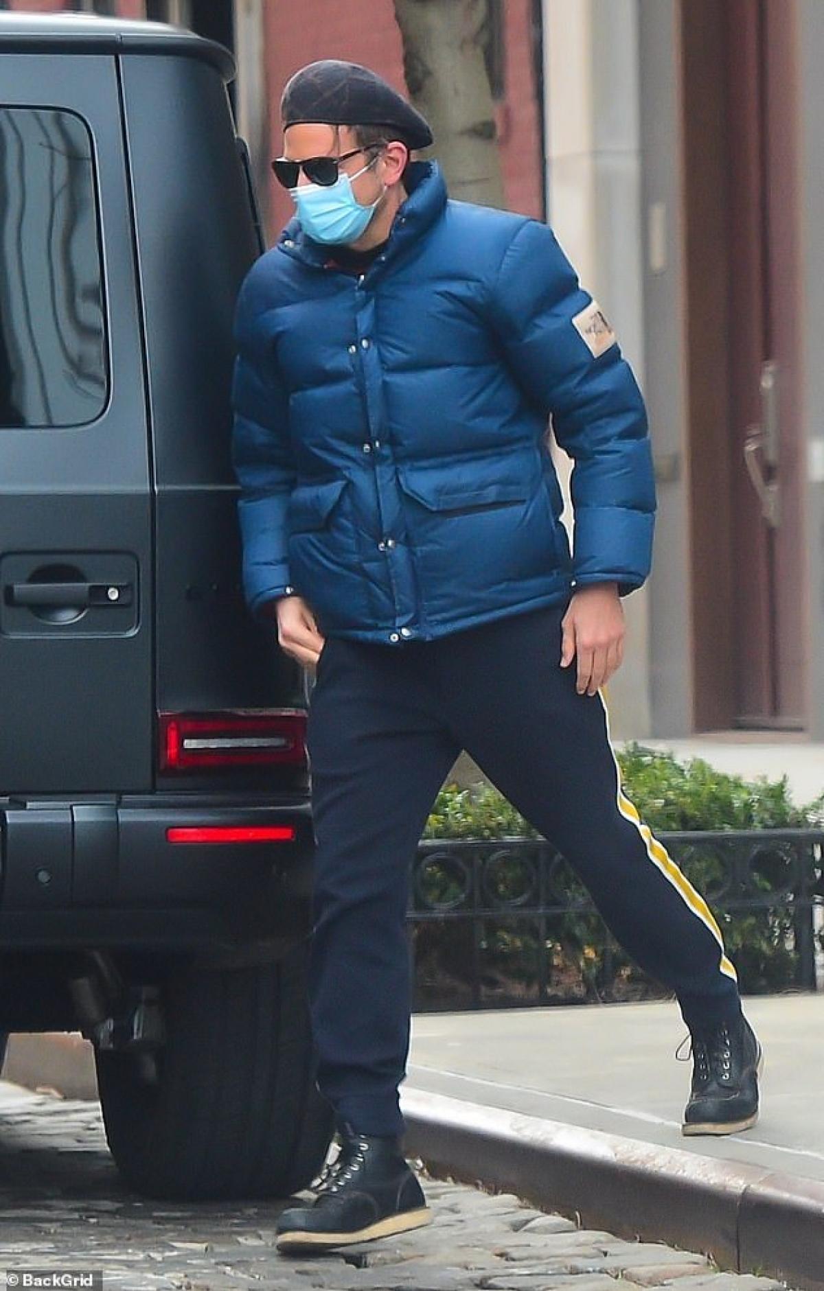 Bradley Cooper bị cánh săn ảnh bắt gặp khi lái xe đến trước nhà Irina Shayk để đưa bạn gái cũ và con gái Lea đi chơi ở New York vừa qua.