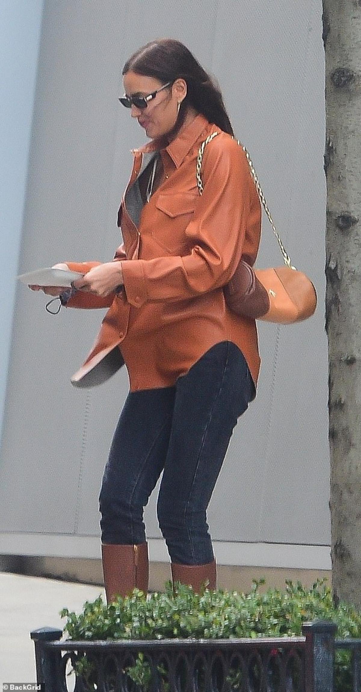 Siêu mẫu Irina Shayk diện áo sơ mi và quần jeans khỏe khoắn.