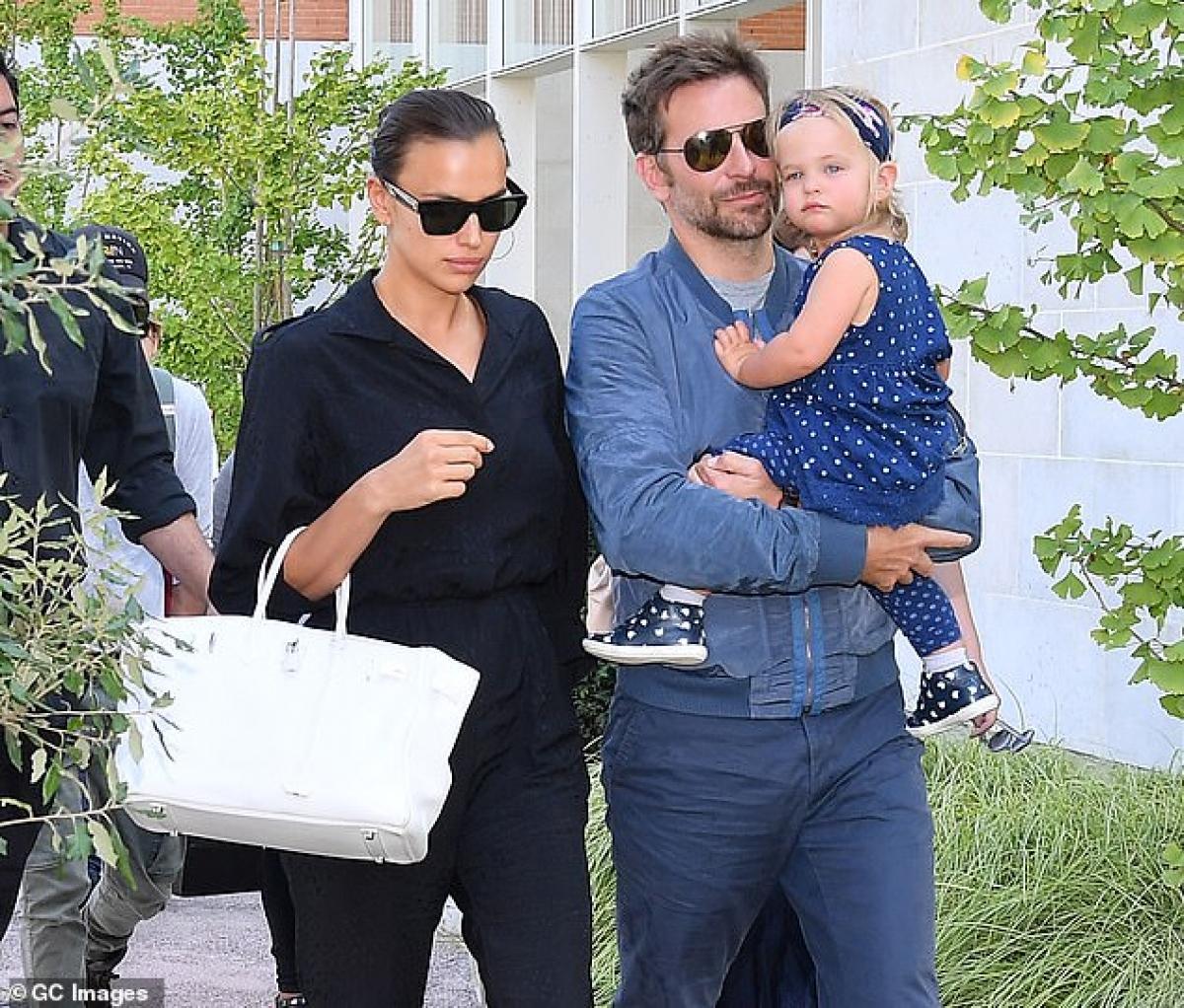 """Sau đó, cô công khai hẹn hò với tài tử Bradley Cooper. Tuy nhiên, cả hai cũng """"đường ai nấy đi"""" sau 4 năm yêu đương và có chung với nhau con gái nhỏ./."""
