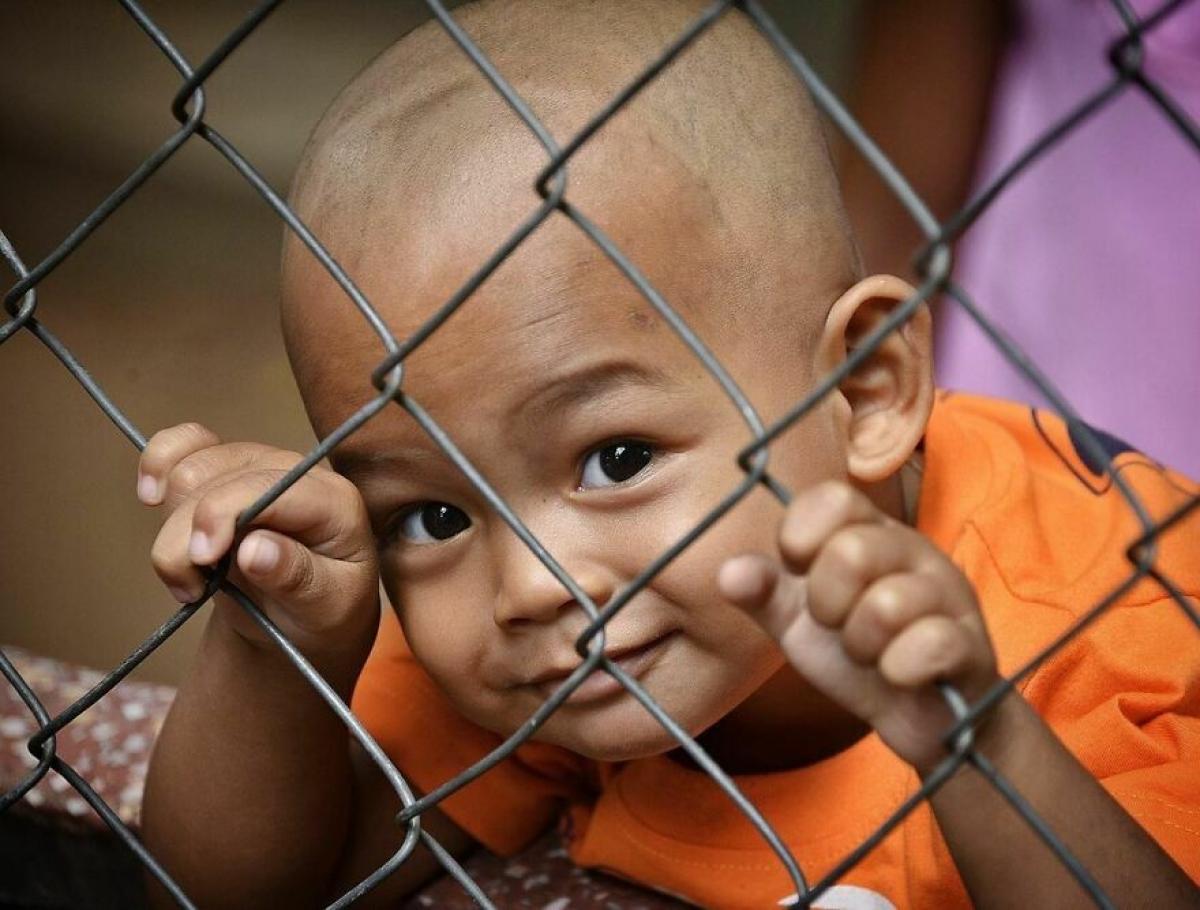 Ánh nhìn tinh nghịch của cậu bé người Campuchia.