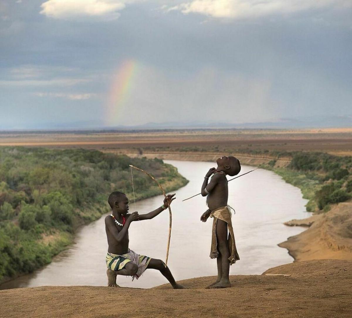 Trò đùa của hai cậu bé ở đất nước Ethiopia.