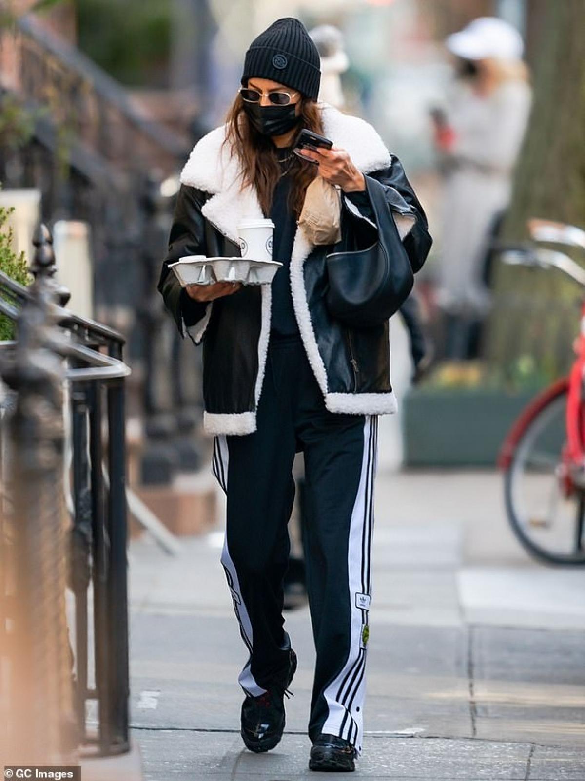 Irina Shayk vui vẻ đưa con gái cưng Lea đi dạo phố ở New York sáng 25/1 vừa qua.
