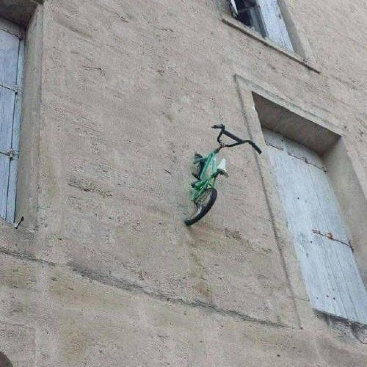 Vẫn không hiểu ai có thể đặt chiếc xe đạp lên bức tường này.