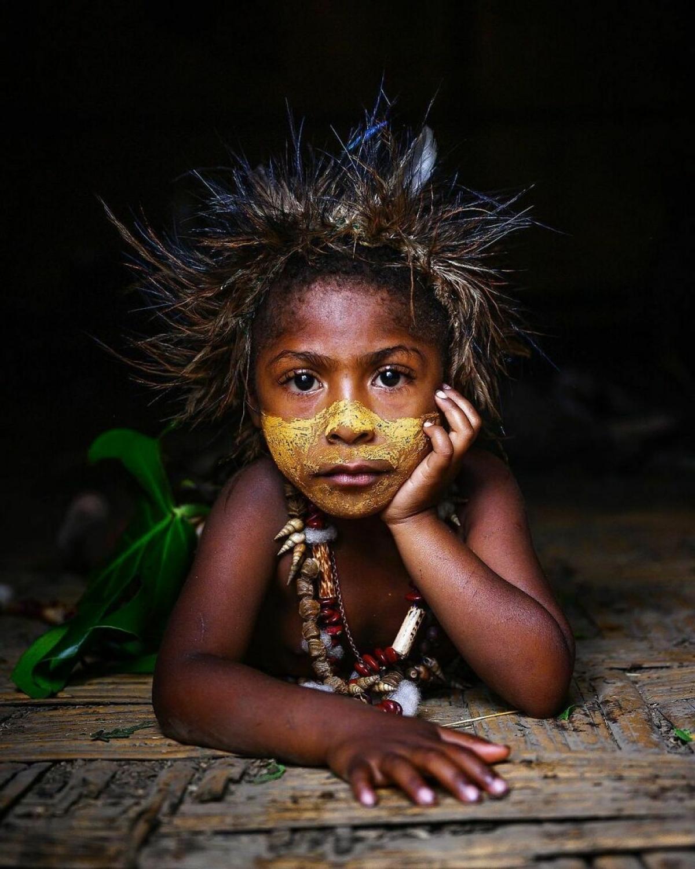 Cô bé thổ dân xinh xắn ởPapua New Guinea.