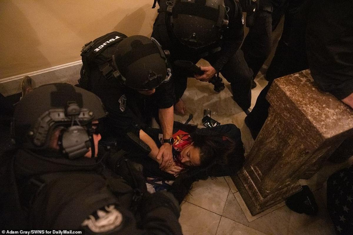 Trong cảnh hỗn loạn tại nhà Quốc hội Mỹ, bà Ashli Babbit trúng đạn ở ngực, sau đó đã tử vong khi tới bệnh viện. Ảnh: Daily Mail.