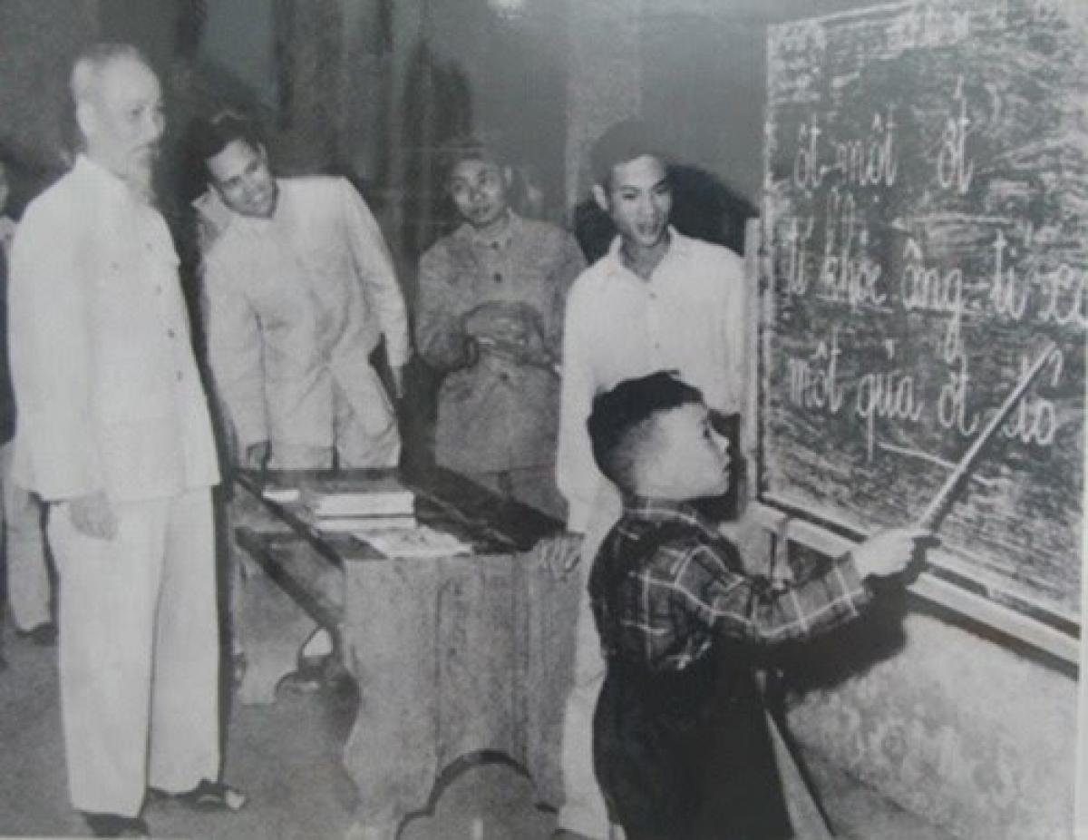 Chủ tịch Hồ Chí Minh thăm một lớp học của phong trào bình dân học vụ. Ảnh tư liệu.