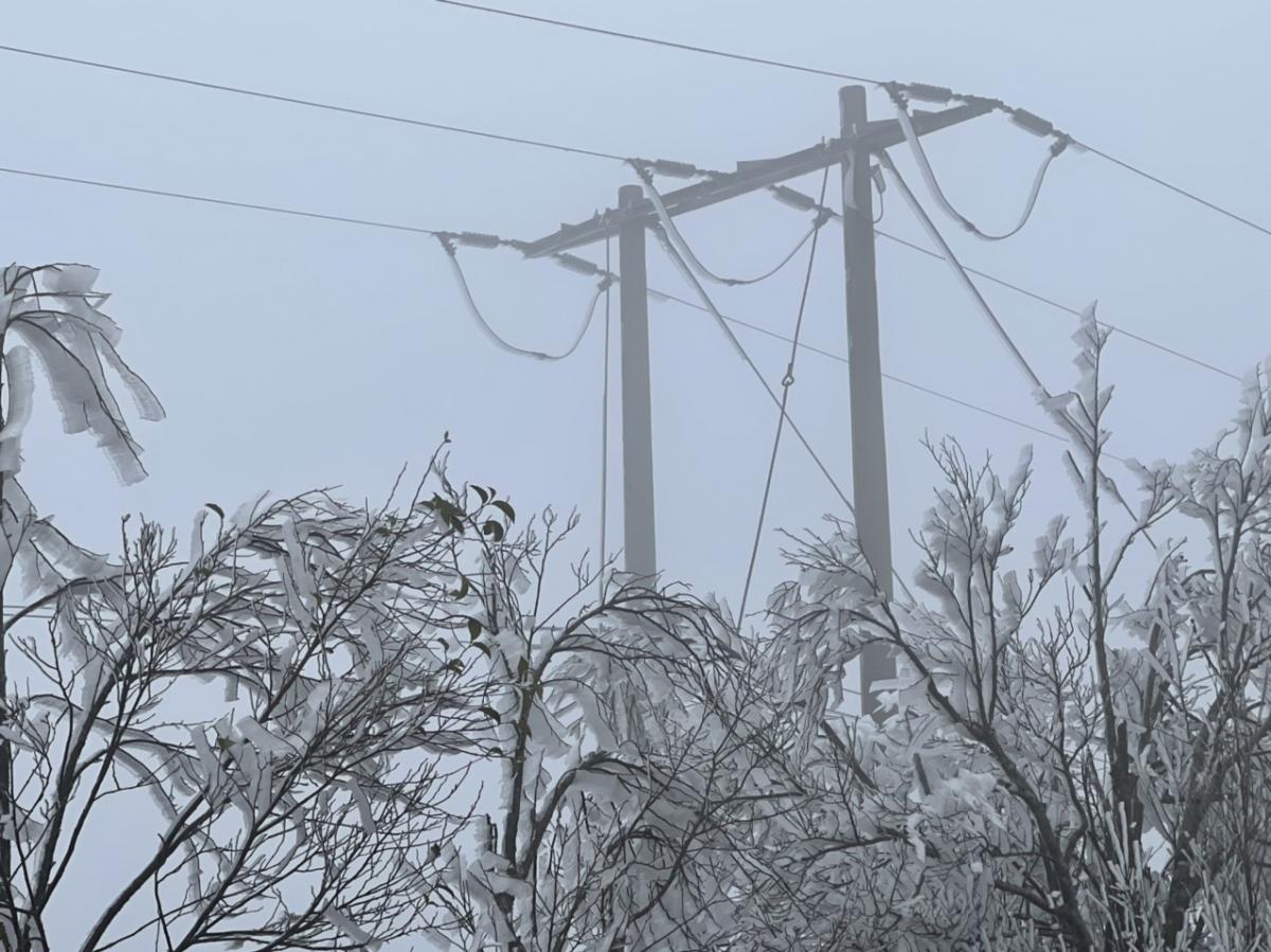 Băng giá đã đóng băng trên đường dây, sứ và trạm biến áp.