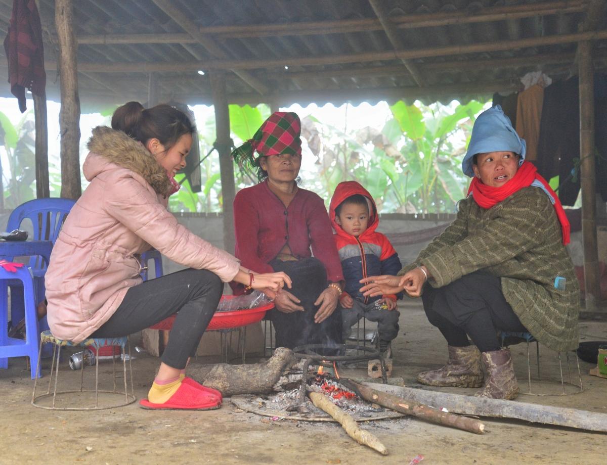 Người dân đốt lửa sưởi ấm chống giá rét trên đỉnh đèo Pha Đin.