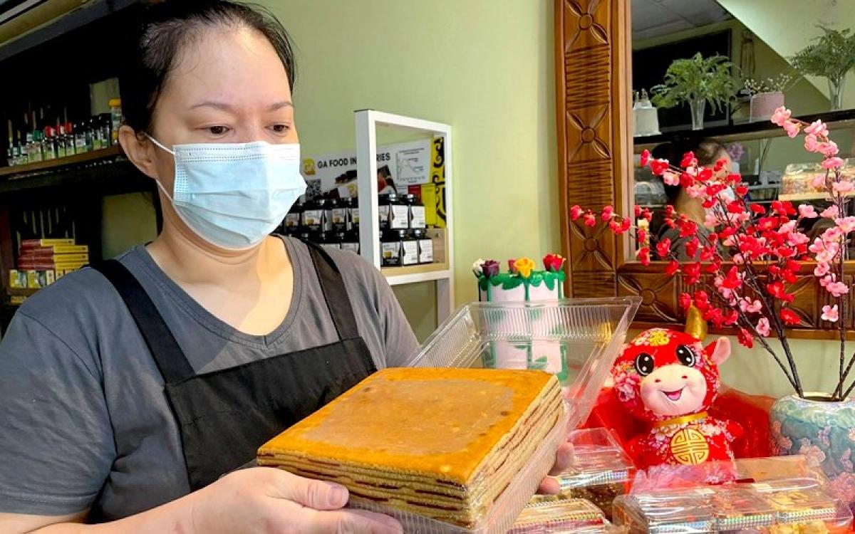 Nguyên liệu chính để làm bánh Kek Lapis Sarawak bao gồm nhiều hương vị được pha trộn với nhau như quế, bạch đậu khấu, hoa hồi, đinh hương, bơ, bột mì, trứng...