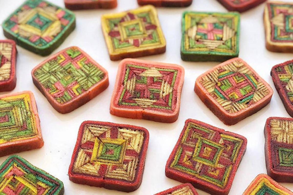 Kek Lapis Sarawak được ví như một kho báu đem lại nhiều bất ngờ cho người thưởng thức. Khi cắt bánh, bạn sẽ khám phá nhiều lớp kính vạn hoa đủ hình dáng và màu sắc đẹp mắt.