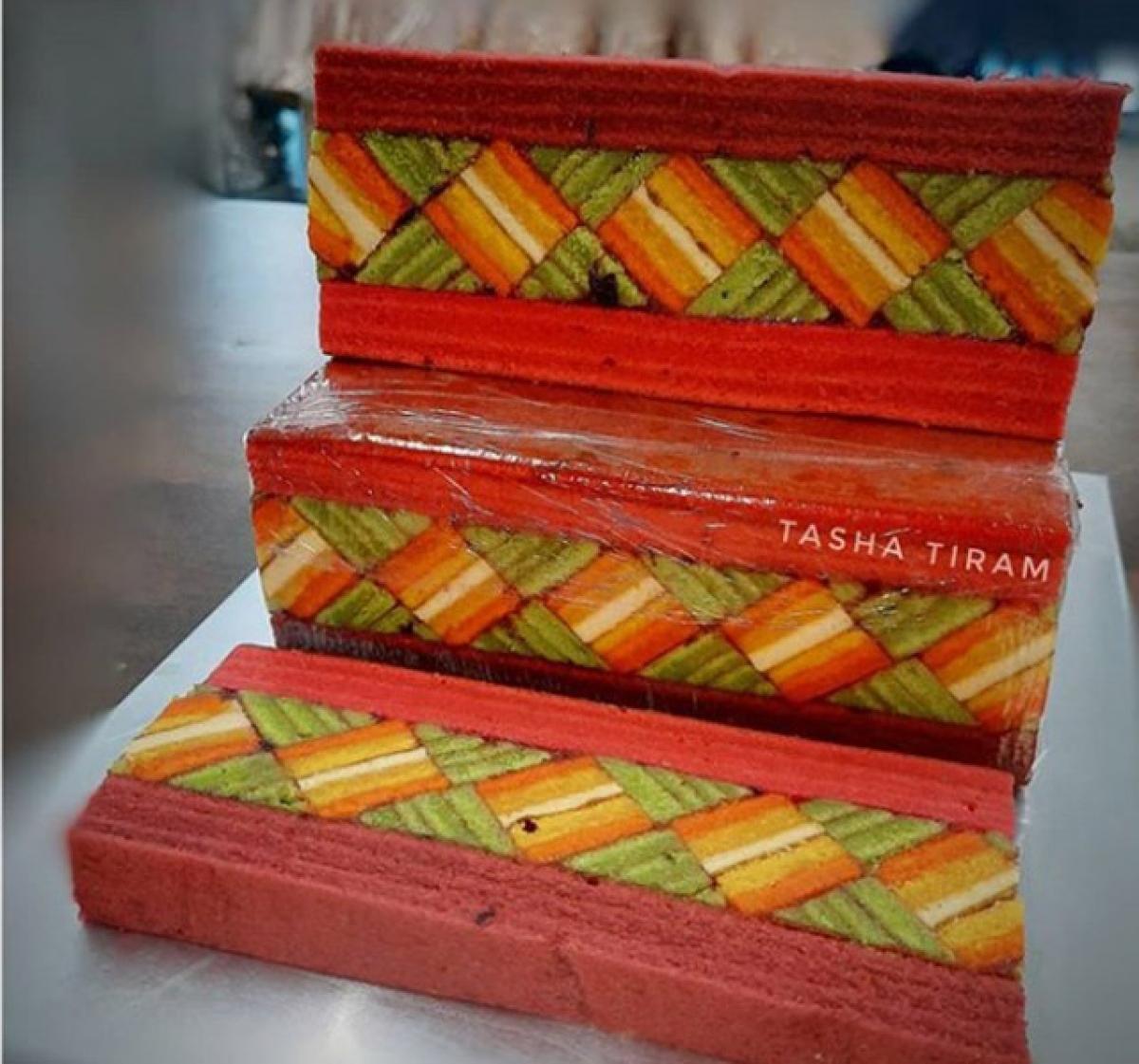 Thực chất loại bánh này là phiên bản nghệ thuật với mức độ đầu tư về hình thức và thời gian hơn hẳn loại bánh gốc Kek Lapis Betawi (bánh ngàn lớp Betawi) của Indonesia.