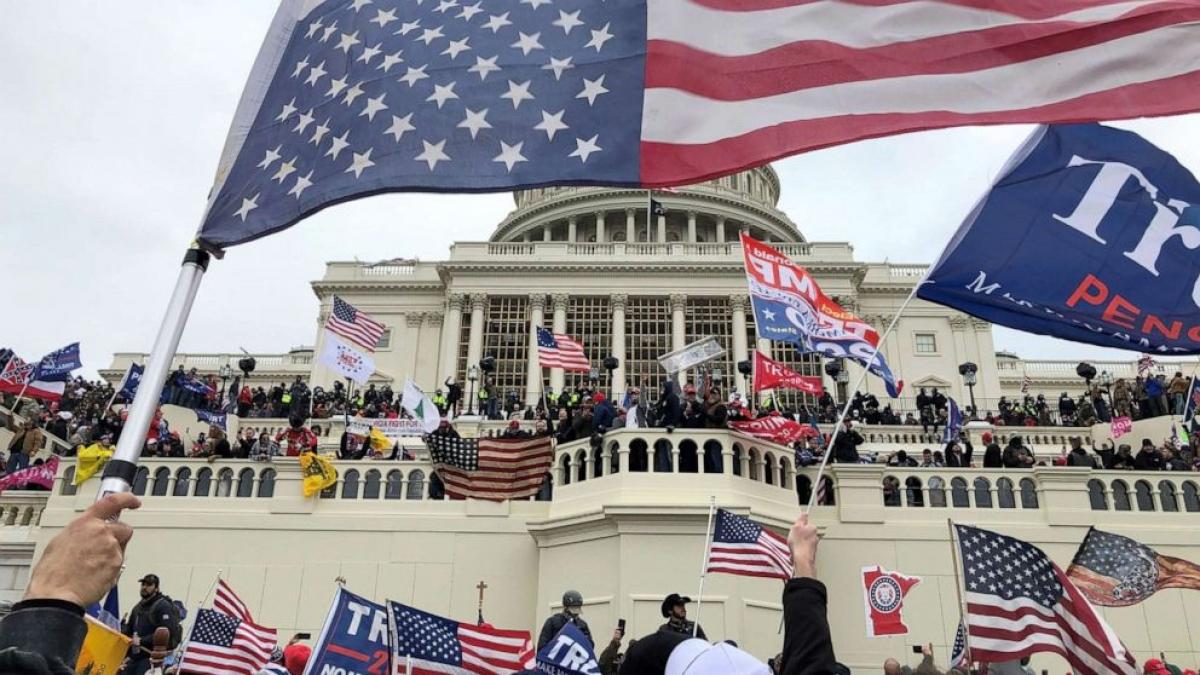 Những người biểu tình ủng hộ Tổng thống Trump chiếm tòa nhà Capitol ngày 6/1. Ảnh: Reuters